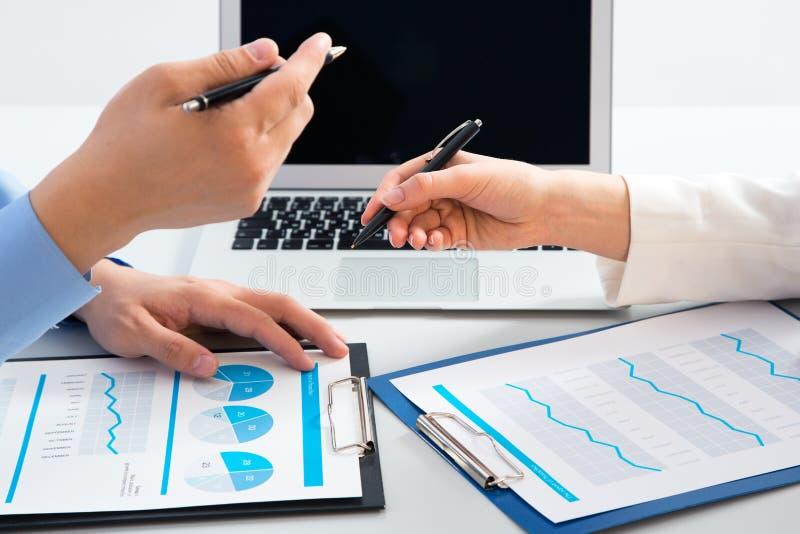 Geschäftsfrau, die einen Finanzplan Kollegen erklärt lizenzfreies stockbild