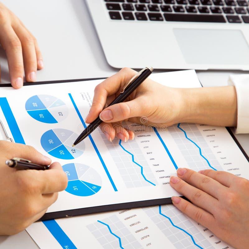 Geschäftsfrau, die einen Finanzplan Kollegen erklärt stockfoto