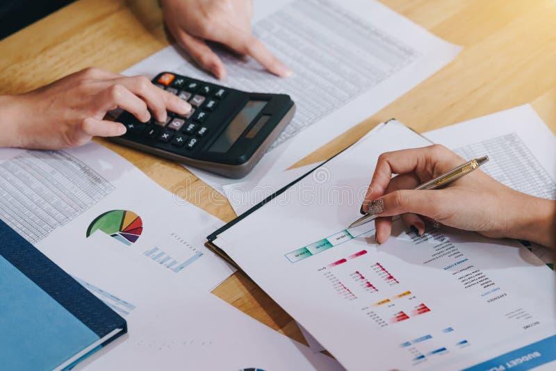 Geschäftsfrau, die einen Finanzplan mit Finanzdokument im Konferenzzimmer bespricht lizenzfreie stockbilder