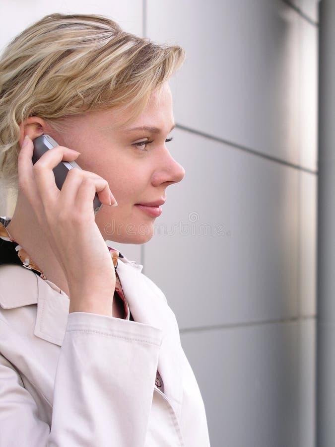 Geschäftsfrau, die einen Handy verwendet lizenzfreie stockbilder