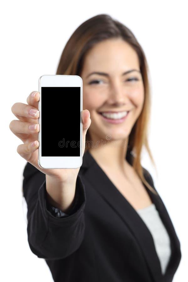 Geschäftsfrau, die einen leeren intelligenten Telefonschirm zeigend lächelt stockfotos