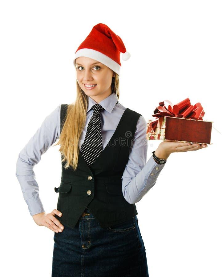 Geschäftsfrau, die einen Sankt-Hut mit einem Geschenk trägt lizenzfreie stockfotos