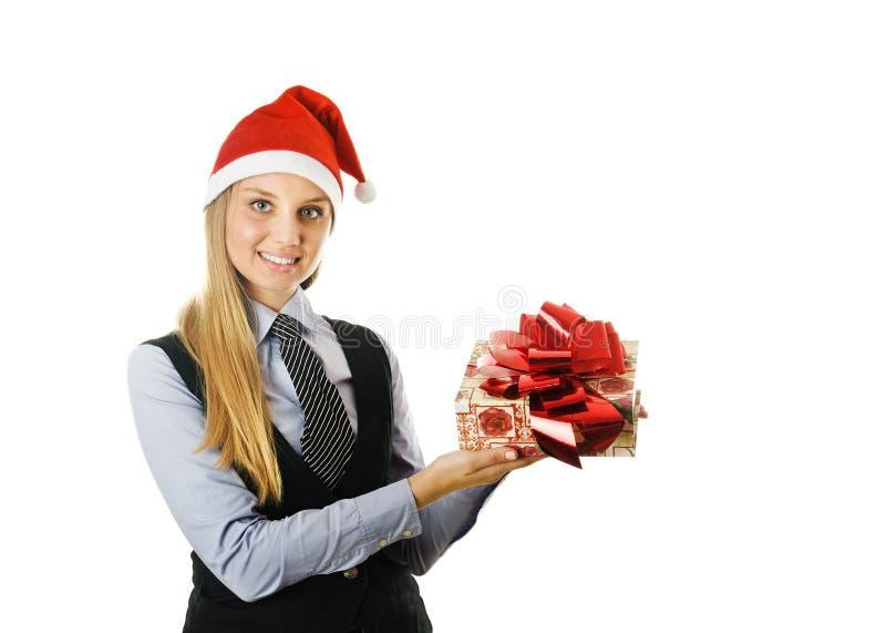 Geschäftsfrau, die einen Sankt-Hut mit einem Geschenk trägt lizenzfreies stockfoto