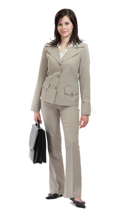 Geschäftsfrau, die einen schweren Aktenkoffer anhält lizenzfreie stockbilder
