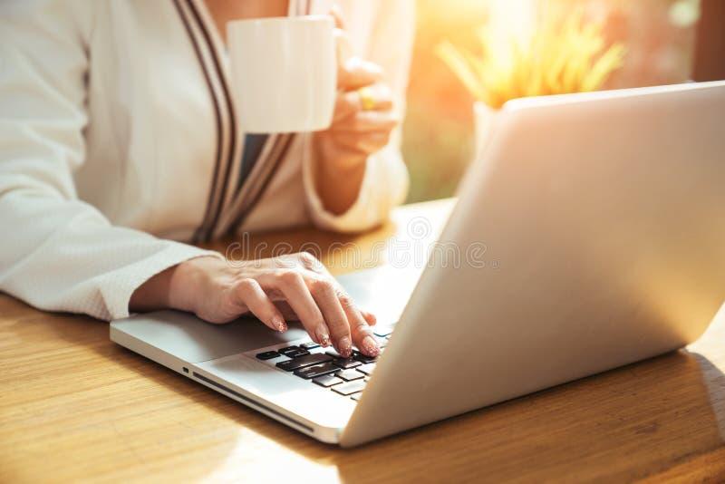 Geschäftsfrau, die einen Tasse Kaffee trinkt lizenzfreie stockfotografie
