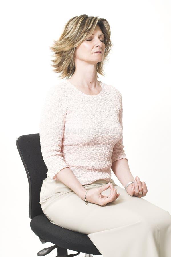 Geschäftsfrau, die Entspannung tut stockfotos