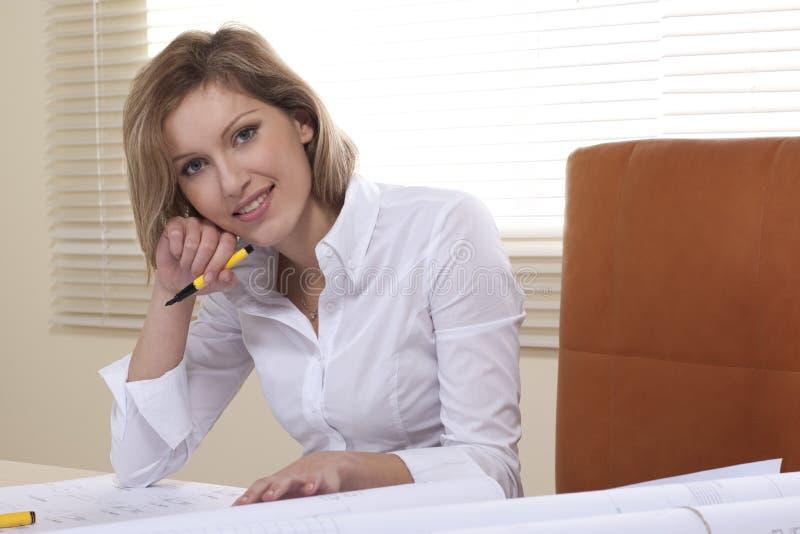 Geschäftsfrau, die an Entwürfen arbeitet lizenzfreies stockbild