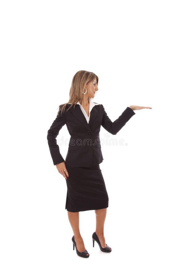 Geschäftsfrau, die etwas zeigt stockbild