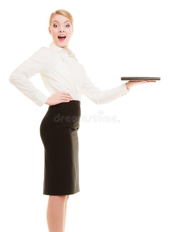 Geschäftsfrau, die Exemplarplatz zeigt reklameanzeige lizenzfreie stockbilder