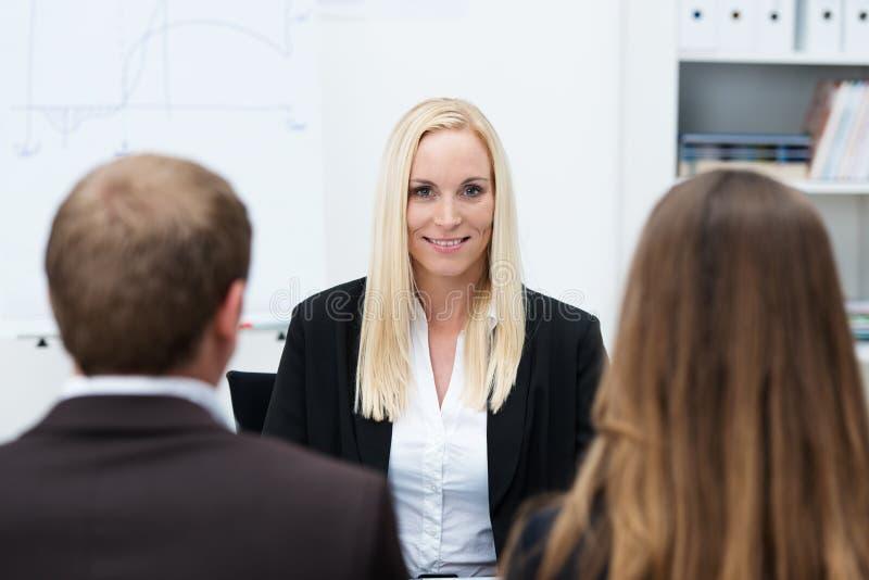 Geschäftsfrau, die für einen Posten interviewt wird stockbild