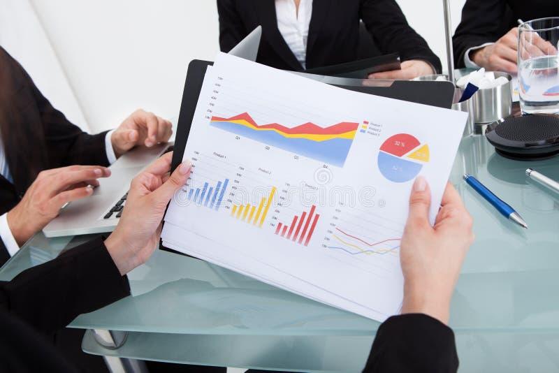 Geschäftsfrau, die Finanzfortschrittsdiagramm hält stockbild