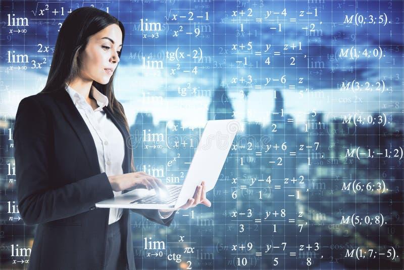 Geschäftsfrau, die Formeln betrachtet stockbilder