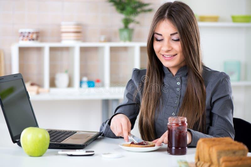 Geschäftsfrau, die Frühstück macht stockfotos