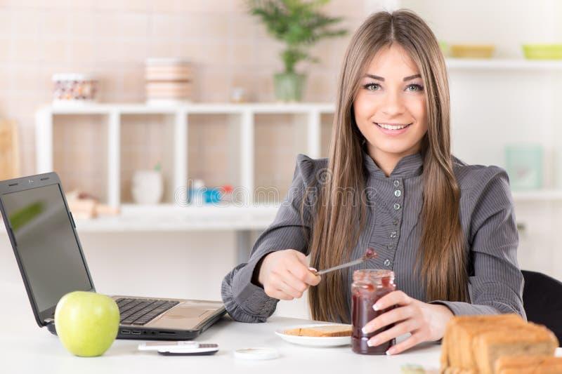 Geschäftsfrau, die Frühstück macht lizenzfreie stockbilder