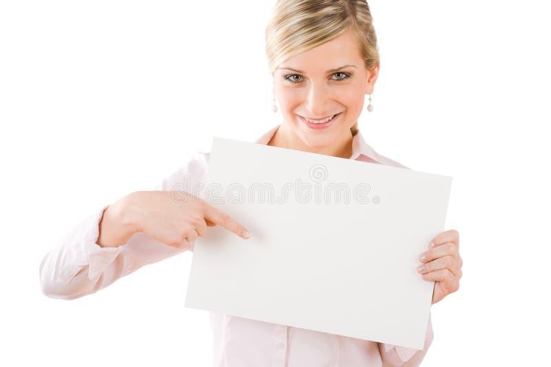 Geschäftsfrau, die Frontseite auf leere Fahne zeigt stockbild