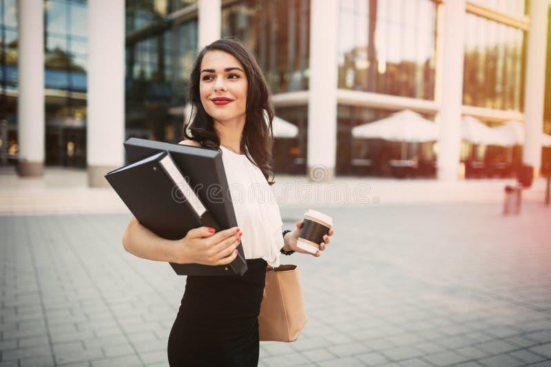 Geschäftsfrau, die geht zu arbeiten lizenzfreies stockfoto