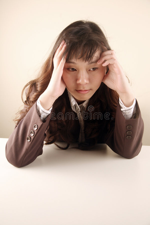 Geschäftsfrau, die gesorgt schaut lizenzfreies stockbild
