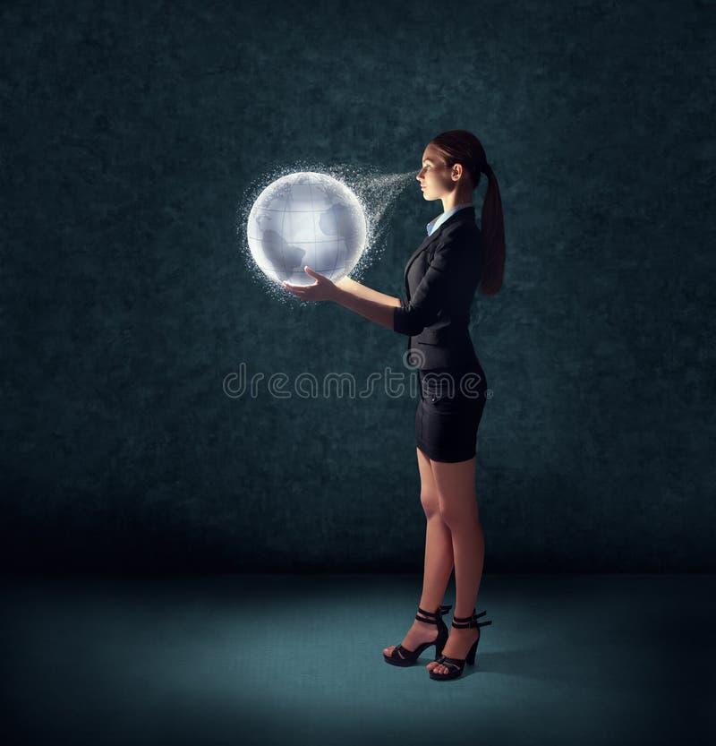 Geschäftsfrau, die glühende Planetenerde hält lizenzfreie stockbilder