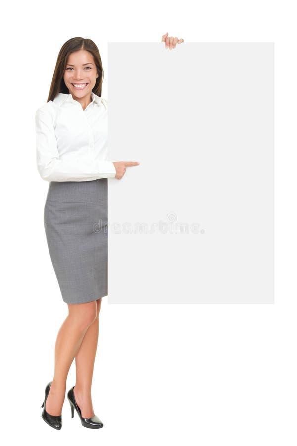 Geschäftsfrau, die großes unbelegtes Zeichen zeigt