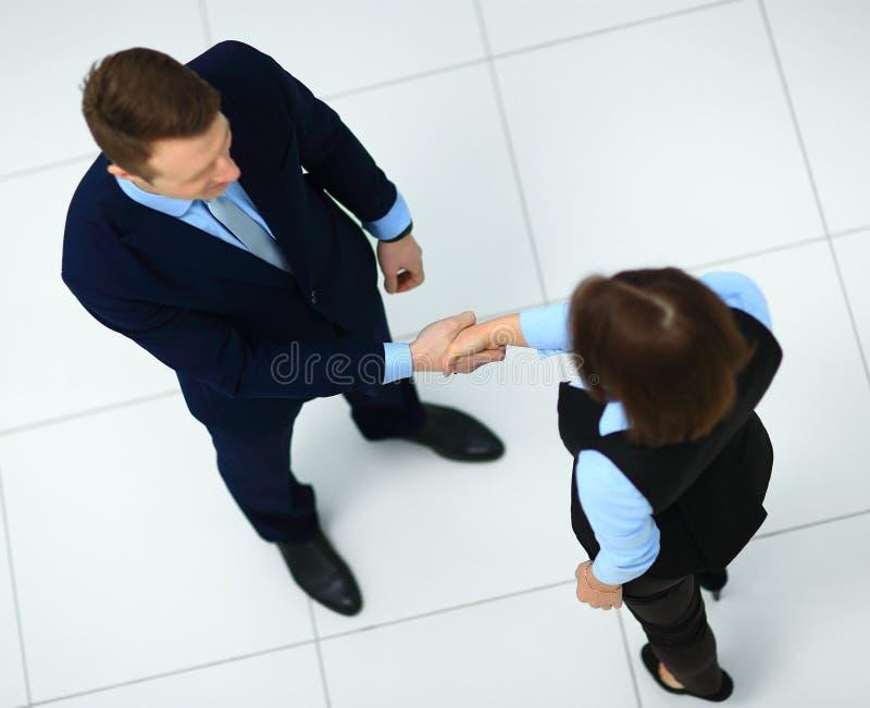 Geschäftsfrau, die Hände rüttelt stockfotos