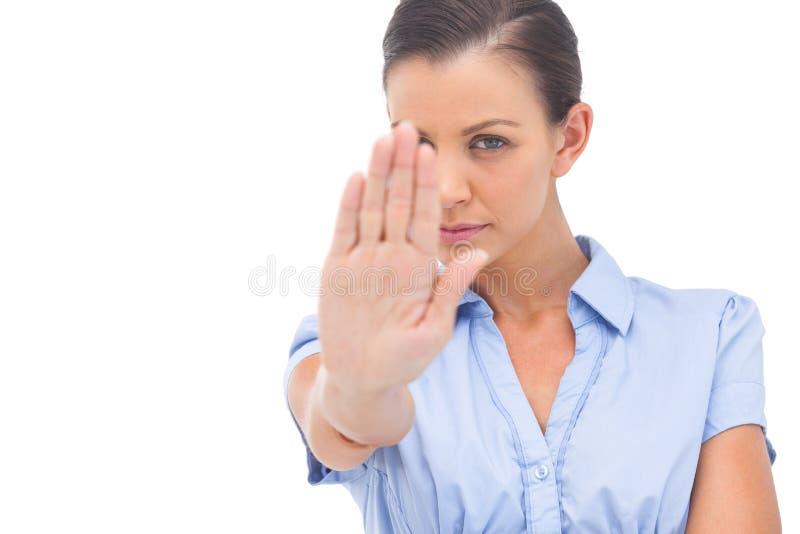 Geschäftsfrau, die Halt mit der Hand sagt lizenzfreie stockfotografie