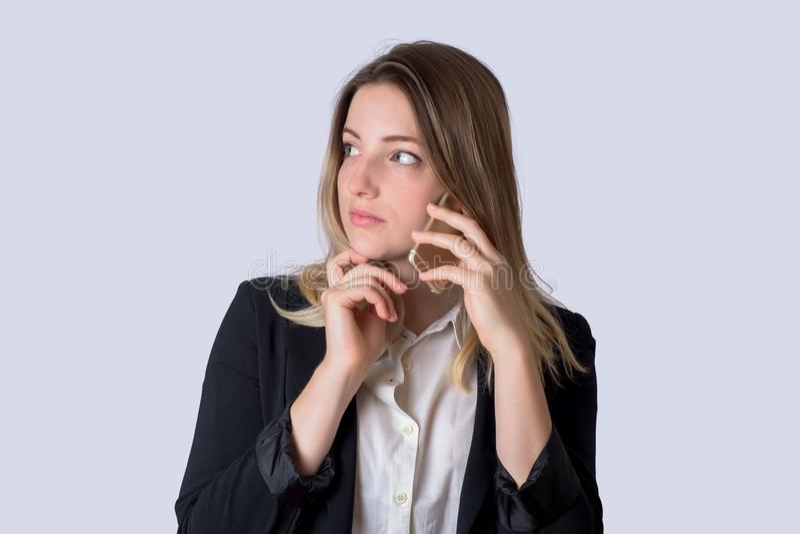 Geschäftsfrau, die am Handy auf Studio spricht lizenzfreie stockbilder