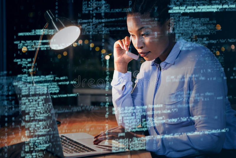 Geschäftsfrau, die am Handy beim Arbeiten an Laptop 3D spricht vektor abbildung