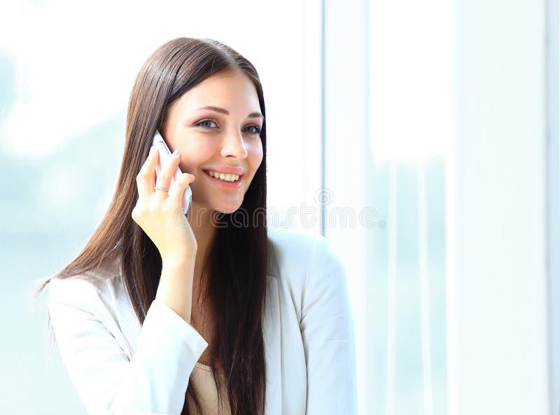 Geschäftsfrau, die am Handy beim Betrachten von copyspace spricht lizenzfreie stockfotos
