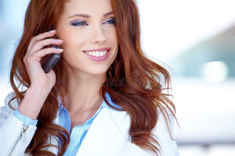 Geschäftsfrau, die Handy verwendet stockfotografie