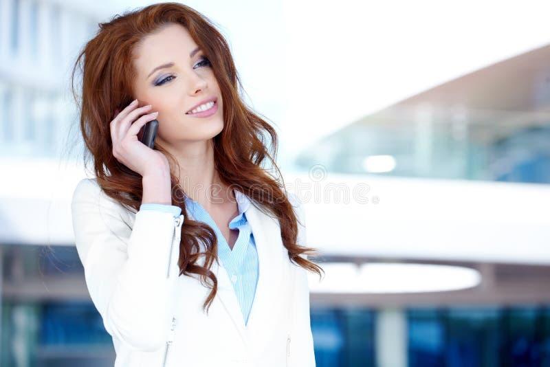 Geschäftsfrau, die Handy verwendet lizenzfreie stockfotos
