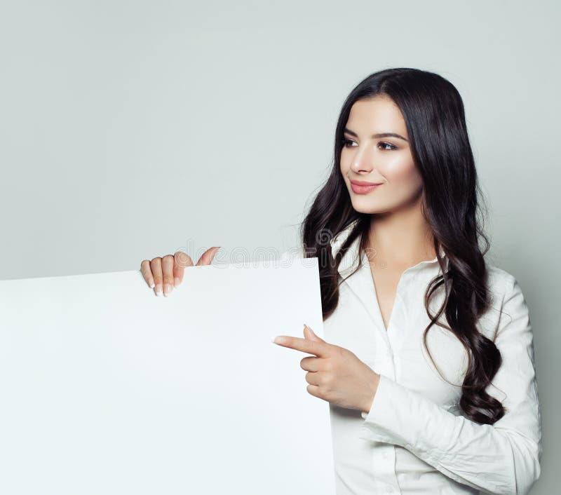 Geschäftsfrau, die herauf ihren Finger zeigt und Schild zeigt lizenzfreie stockfotografie