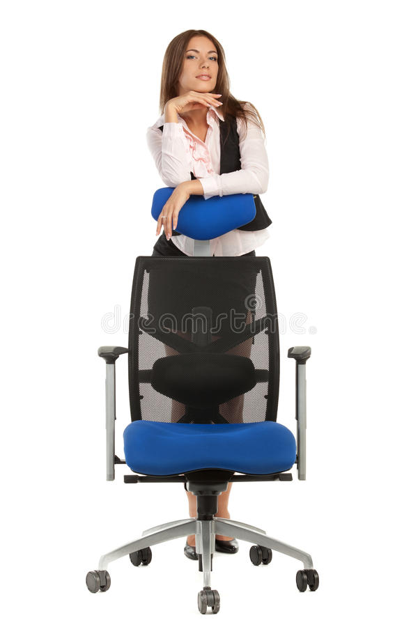 Geschäftsfrau, die hinter Bürostuhl steht stockbild