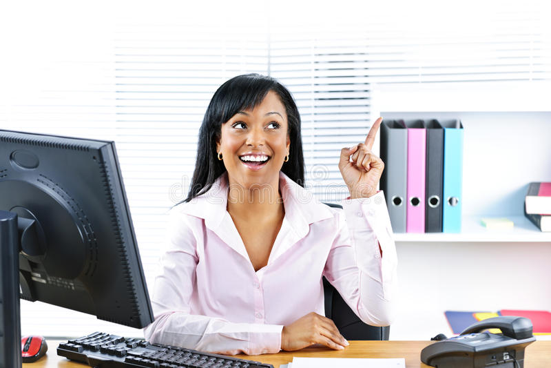 Geschäftsfrau, die Idee am Schreibtisch hat stockfoto