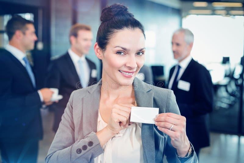 Geschäftsfrau, die ihr Abzeichen zeigt stockbilder