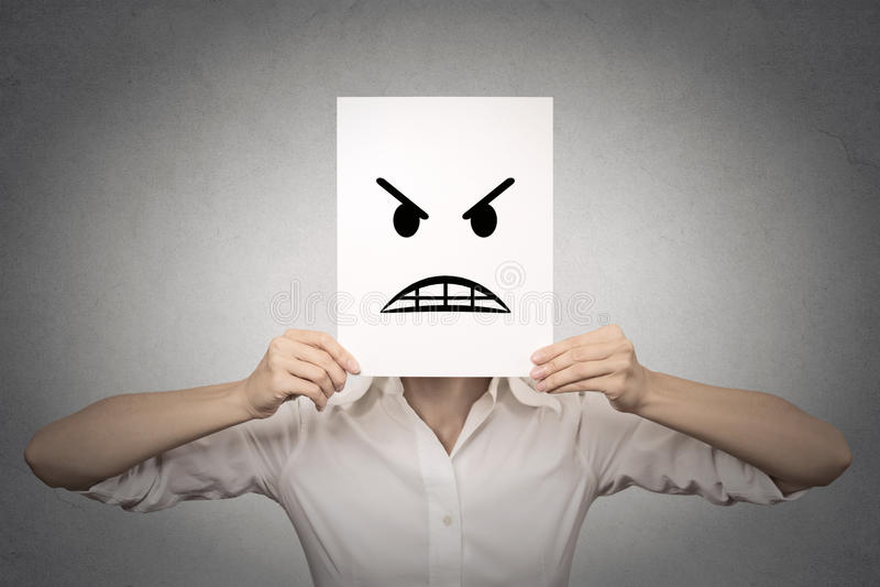 Geschäftsfrau, die ihr Gesicht mit verärgerter Maske bedeckt lizenzfreie stockfotografie