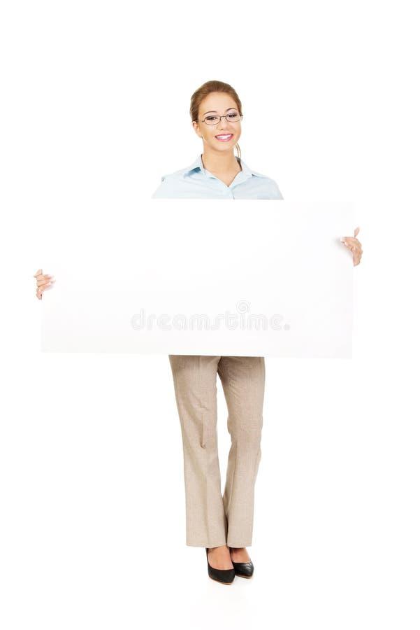 Geschäftsfrau, die Ihr Produkt darstellt stockfotografie