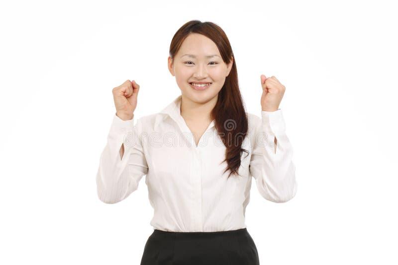 Geschäftsfrau, die ihre Arme im Zeichen des Sieges anhebt