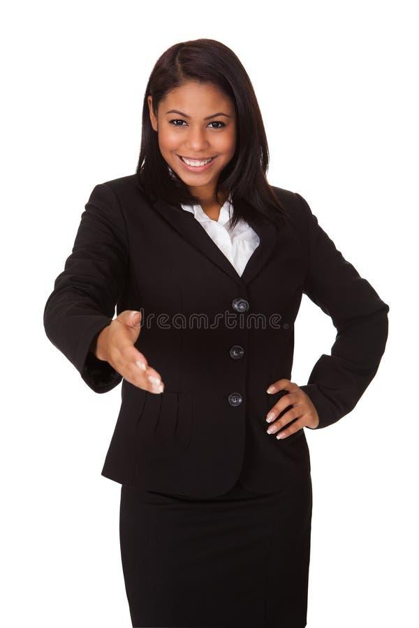 Geschäftsfrau, die ihre Hand auf Händedruck verlängert lizenzfreies stockfoto