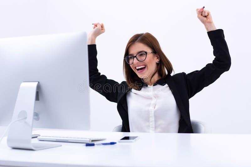 Geschäftsfrau, die an ihrem Erfolgszujubeln sich freut lizenzfreies stockbild