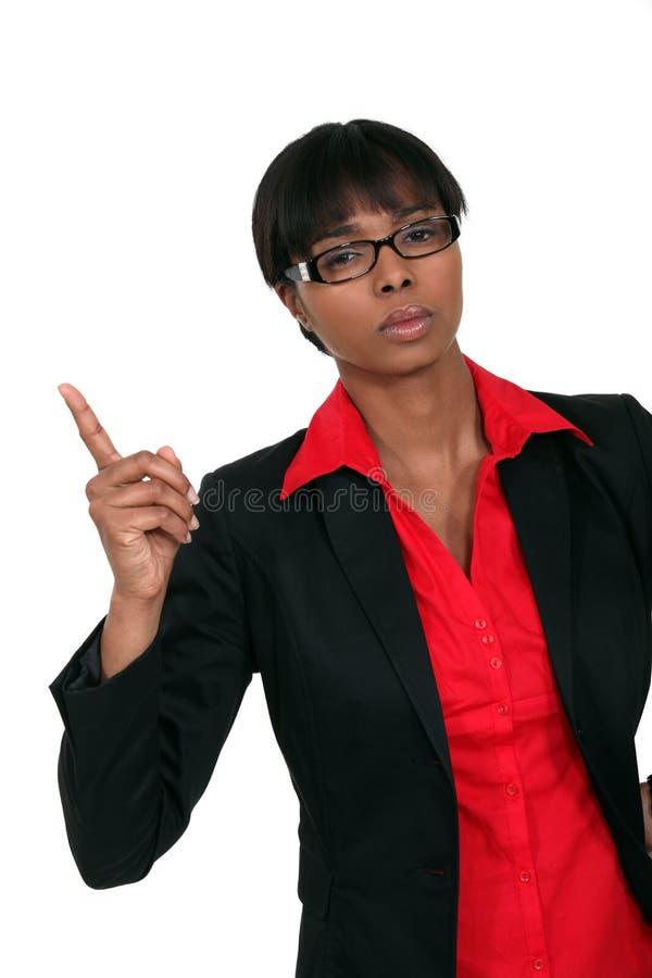 Geschäftsfrau, die ihrem Finger droht stockbilder