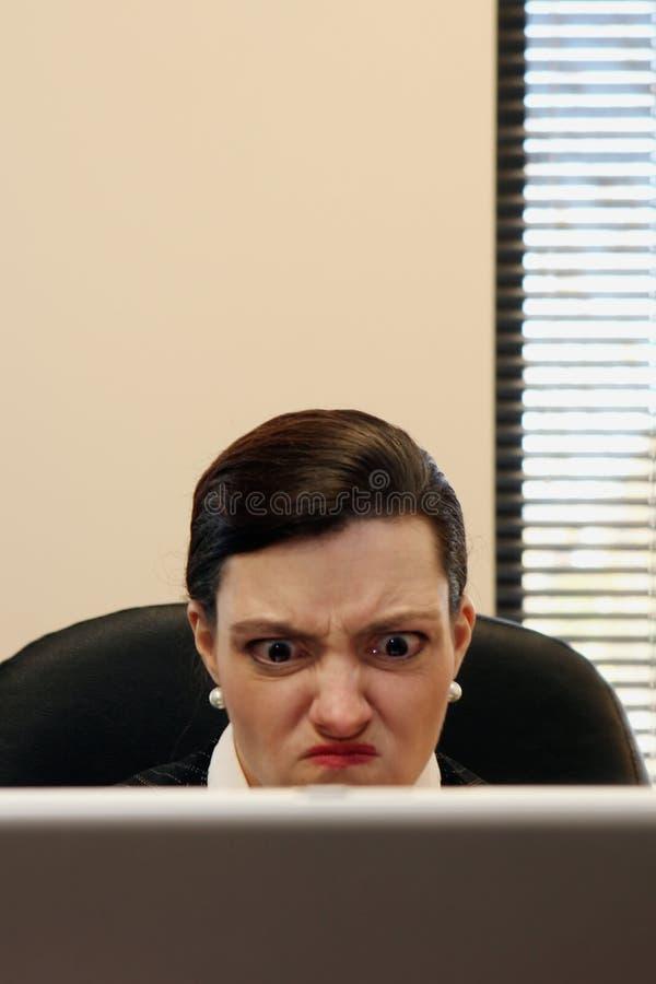 Geschäftsfrau, die an ihrem Laptop arbeitet lizenzfreies stockbild