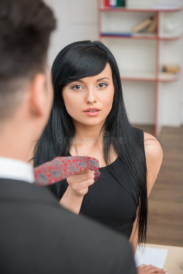 Geschäftsfrau, die ihren Kollegen flirtet und zieht lizenzfreies stockbild