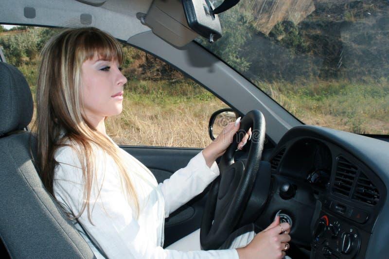 Geschäftsfrau, die im Auto sitzt stockfotos