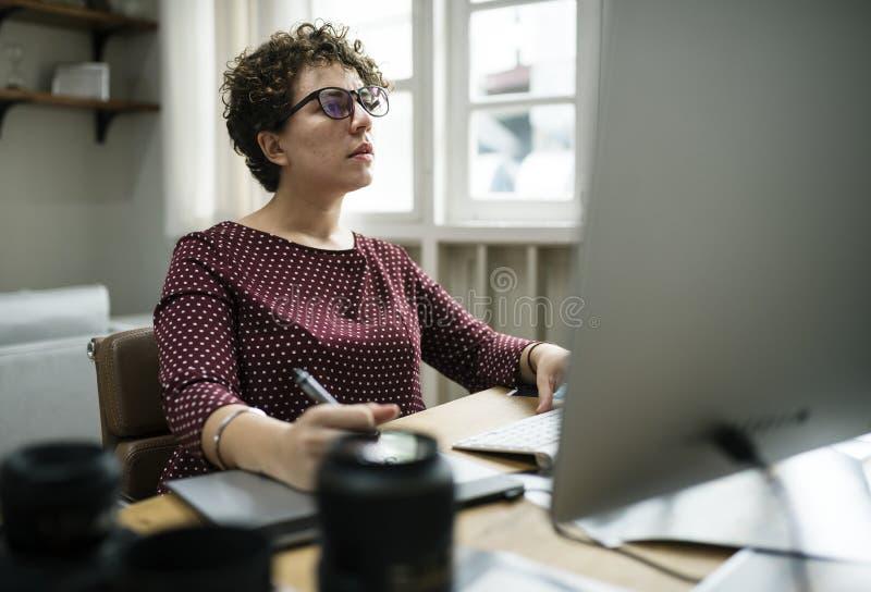 Geschäftsfrau, die im Büro arbeitet lizenzfreie stockfotos