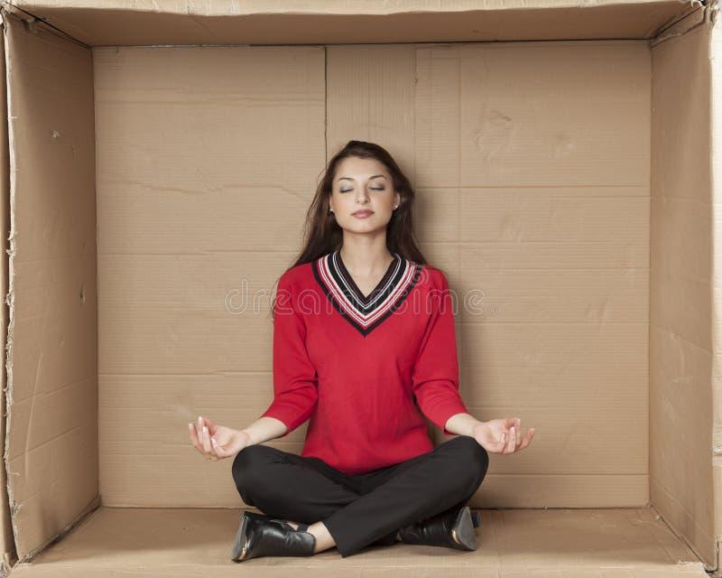 Geschäftsfrau, die im Büro meditiert stockfotos