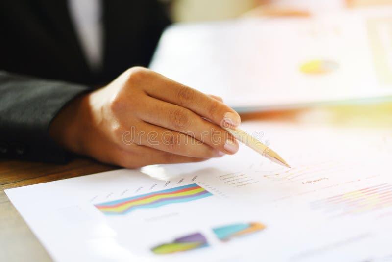 Geschäftsfrau, die im Büro mit Schreibtisch des Geschäftsberichtes auf dem Tisch überprüfen - Vorbereiten des Berichtsgeldes anal lizenzfreie stockfotos