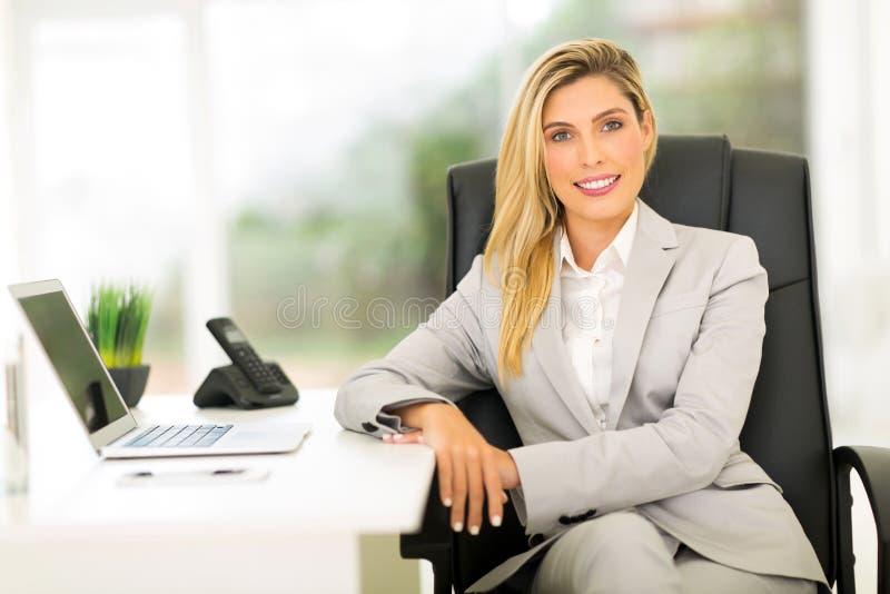 Geschäftsfrau, die im Büro sitzt stockbilder