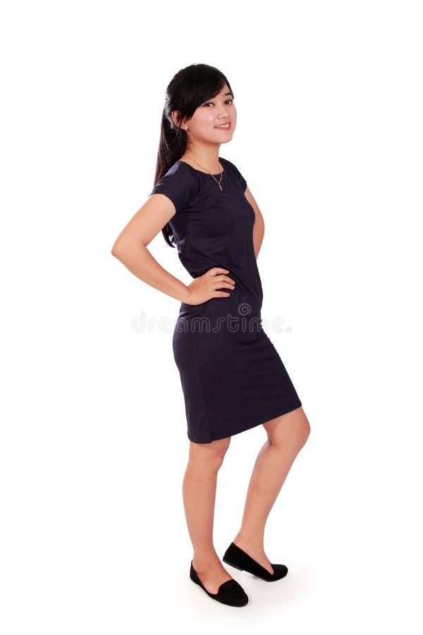 Geschäftsfrau, die im Vertrauen lokalisiert steht stockbilder