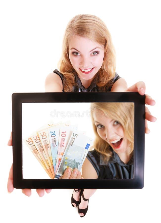Geschäftsfrau, die ipad Tablettenberührungsflächenfoto-Eurogeld zeigt lizenzfreies stockfoto
