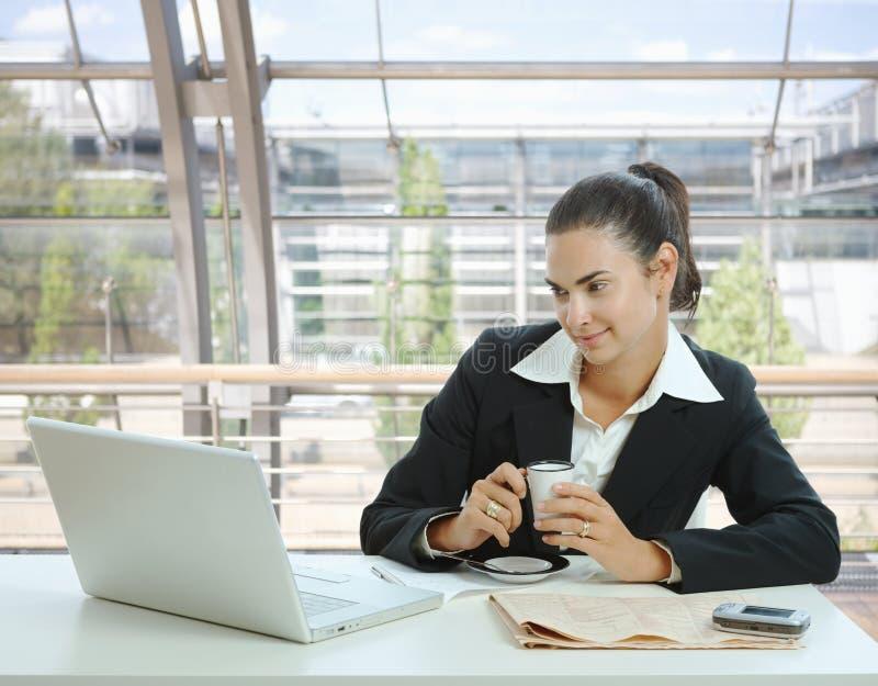 Geschäftsfrau, die Kaffeepause hat stockfotos